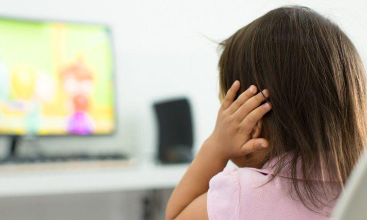Firma porque las cadenas de televisión respeten el horario infantil (Istock)