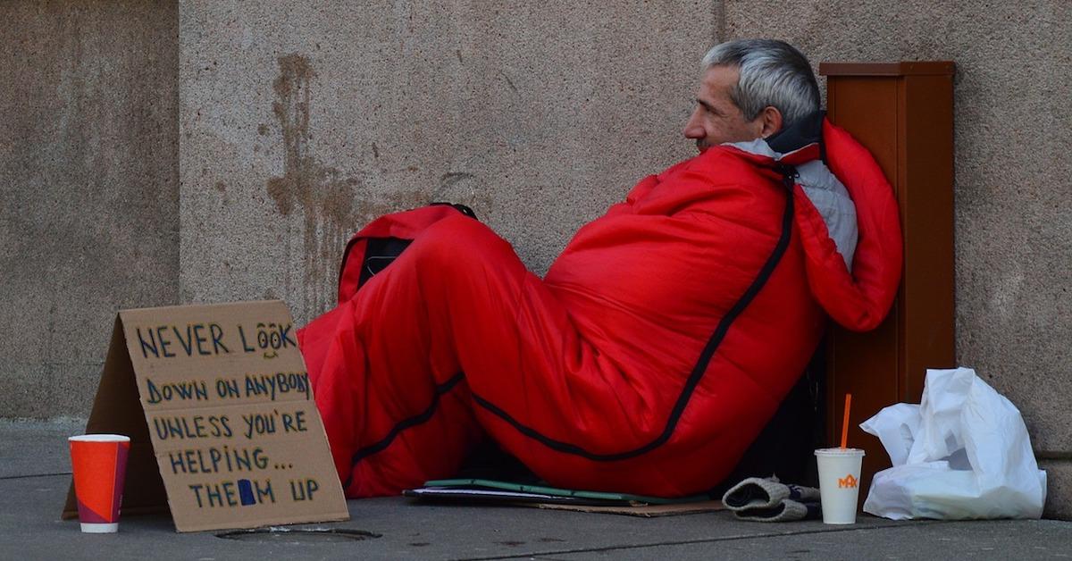 cruz roja ayuda a personas sin hogar