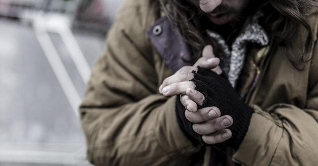La pobreza acorta la vida más que el tabaco y el alcohol(Istock)