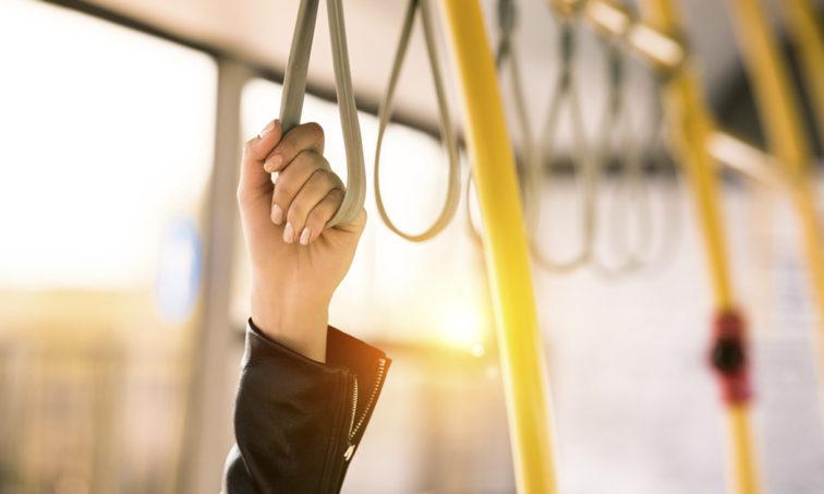 Firma por un transporte público gratuito para parados (Istock).