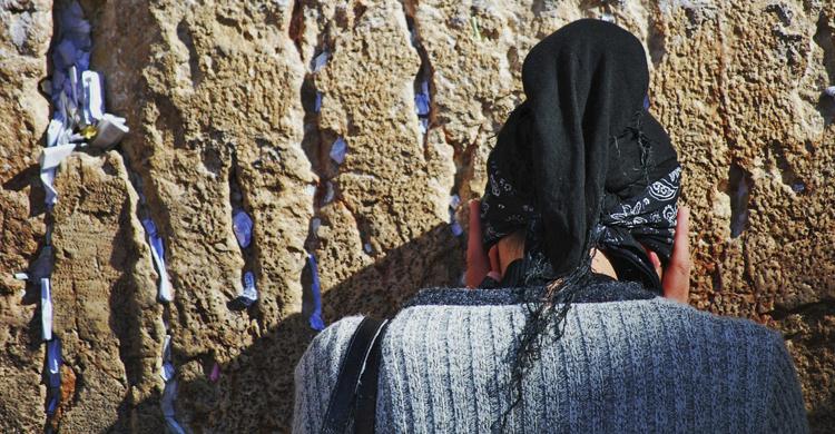 El Gobierno ha congelado la reforma de crear una zona mixta para la oración (Istock)