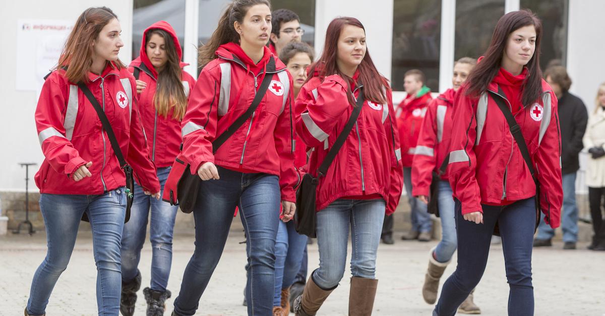 jóvenes voluntarios de cruz roja española