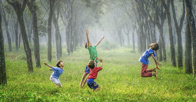 Interactuar en cualquier ámbito favorece la estimulación y evita el aislamiento (Unsplash)