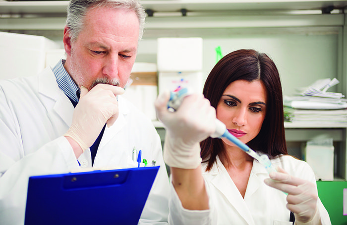 Científicos investigando en el laboratorio (Istock)