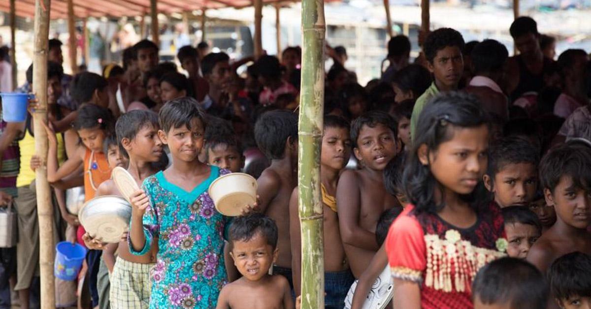 La población esperando por algo de comida y agua (iStock)