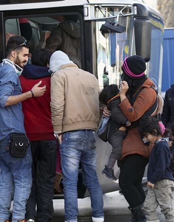 Refugiados subiendo a un autobús (iStock)