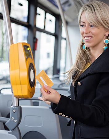 Chica pasando el abono del transporte público (iStock)