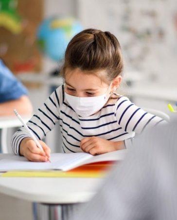 Firma para que las escuelas tengan más recursos contra el covid-19