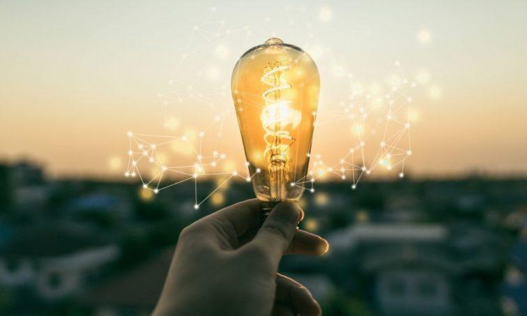 Firma por un precio de la luz justo (iSTock)